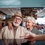 ¿Hay riesgos para las personas mayores de viajar en avión?